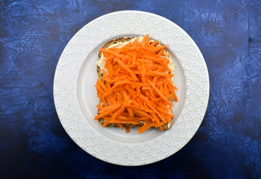 carrot and hummus sandwiches
